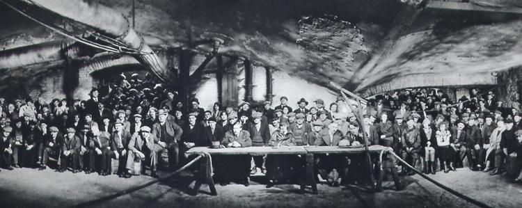 Fritz Lang assurait que l'association des malfaiteurs était composée de véritables repris de justice : 24 d'entre eux furent effectivement arrêtés durant le tournage du film.