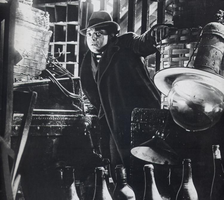 Peter Lorre était juif et quitta l'Allemagne pour fuir les persécutions nazies peu de temps après la sortie du film. Fritz Lang, à moitié juif, s'exila deux ans plus tard. Les nazis interdirent M le Maudit en juillet 1934.